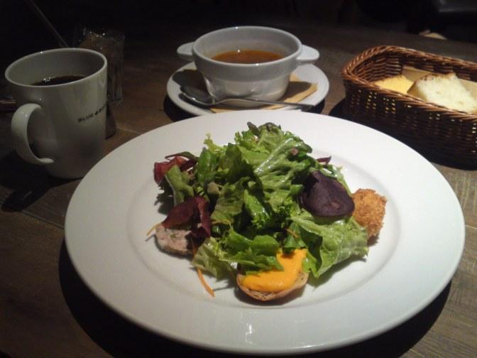 アメリカ料理:五品目の前菜サラダとマンハッタンクラムチャウダーランチ・BLUE BOOKS Cafe・静岡市!